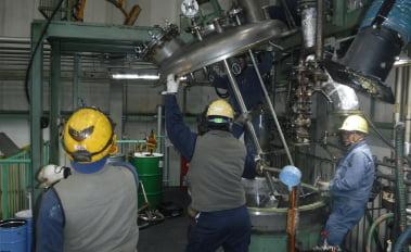 撹拌機の組立作業